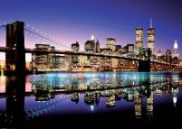 New York, Manhattan, Brooklyn Bridge. Kolorowa panorama miasta nocą.