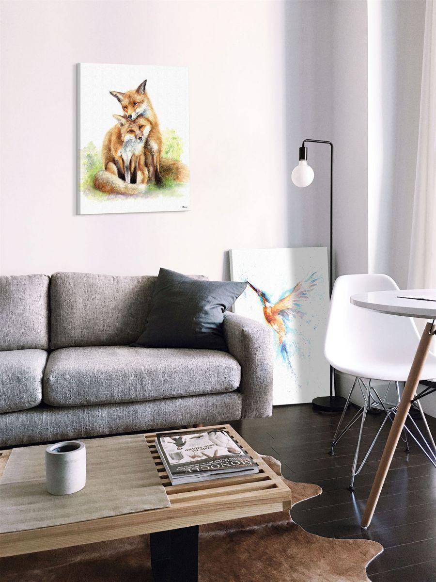 Obraz z kolorowym kolibrem postawiony obok kanapy